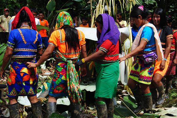 Estas comunidades también han sido afectadas por el conflicto armado y los intereses económicos. En 2005, el Gobierno otorgó títulos mineros a una empresa estadounidense para la explotación de oro, cobre y molibdeno y desde entonces las comunidades han iniciado un proceso de resistencia para frenar la explotación de recursos en su territorio. Foto: Pauline Liss/PBI Colombia