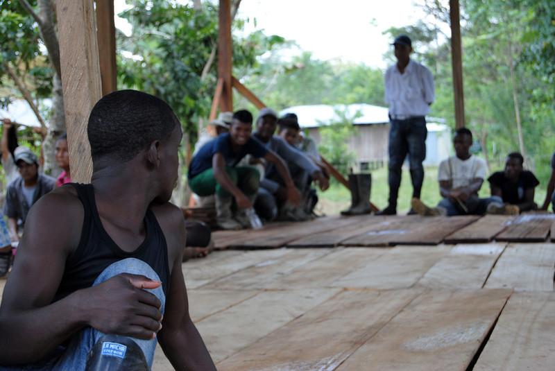Estas comunidades viven en el Chocó, en el noroeste de Colombia. Estas tierras son excepcionalmente fértiles. Pero hoy día gran parte de este territorio se reduce a un vasto monocultivo de gran escala, ganadería extensiva y explotación masiva de madera.<br /> Foto: Pauline Liss/PBI Colombia