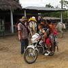 Las motos, en las zonas rurales de Colombia, son vehículos familiares, ¡parece que no hay límite en el número de personas que pueden subirse a ellas!