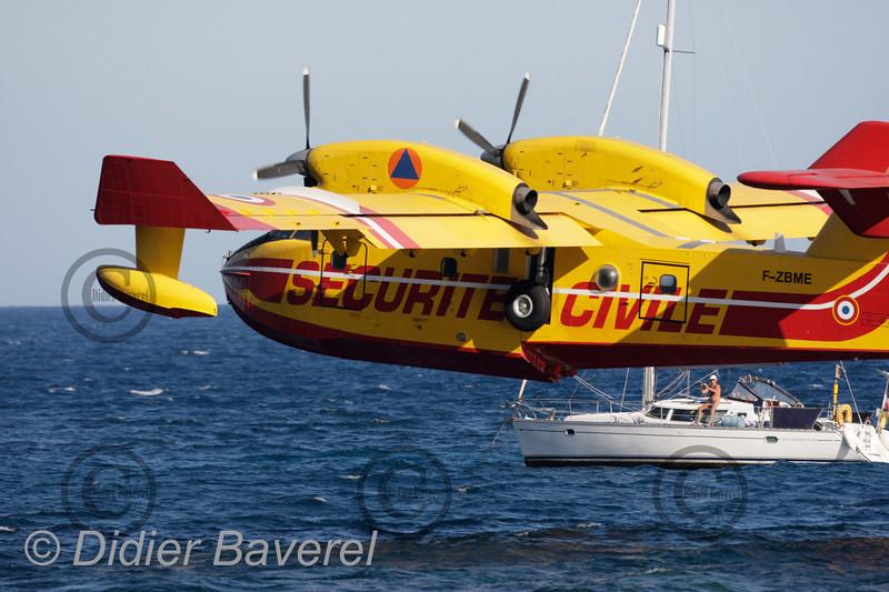 """Beaulieu sur mer  le 27/06/2007  Sept """"Canadair"""" écopent dans la baie de Beaulieu sur mer ,St Jean cap Ferrat pour venir en aide aux pompiers qui luttent contre un départ de feu dans l'arrière-pays de Nice.  ©Didier Baverel.com/Starface"""