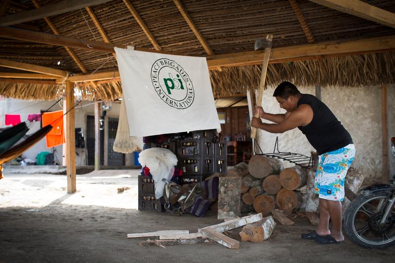 El ex-gobernador Henry Salón participa en las actividades cotidianas, en la foto parte  leña para la preparación de un sancocho.
