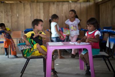 En la escuela aprenden o refuerzan el idioma U´wa. Algunas familias ya no hablan su idioma en casa; y por eso para la comunidad es muy importante que lo practiquen en clase.