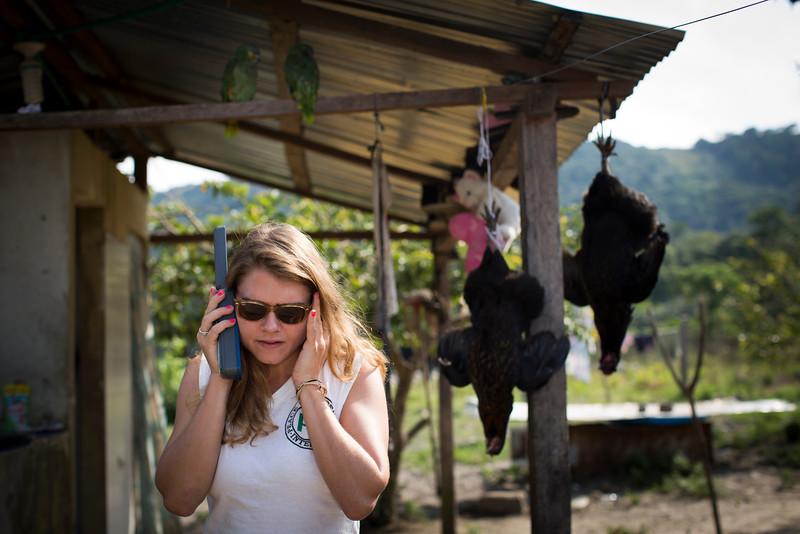 Nos encontramos en una zona muy apartada con poca señal de teléfono y Caroline llama con el satelital a la oficina de PBI en Bogotá para reportar que no hay incidentes de seguridad.