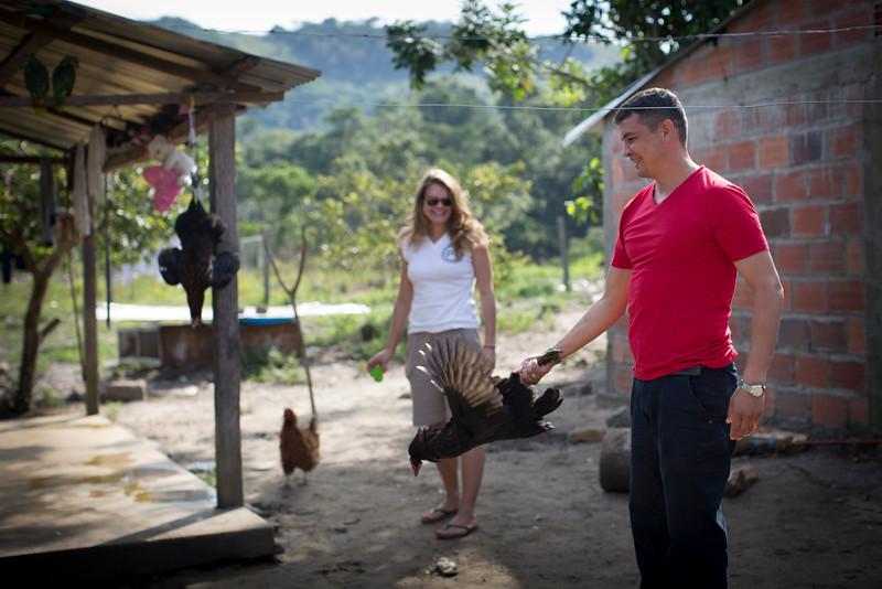 Fabián lleva años asesorando y acompañando a la comunidad. También viene del campo y aparte de las largas reuniones le gusta ayudar con tareas cotidianas.