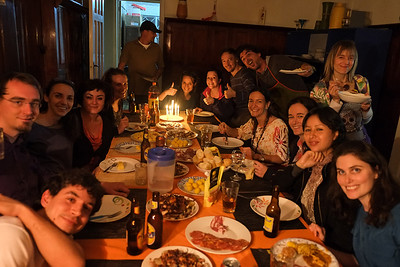 """No todo es trabajo, en las noches los """"viejos"""" y nuevos brigadistas se ponen a cocinar, comer y hablar sobre Colombia."""