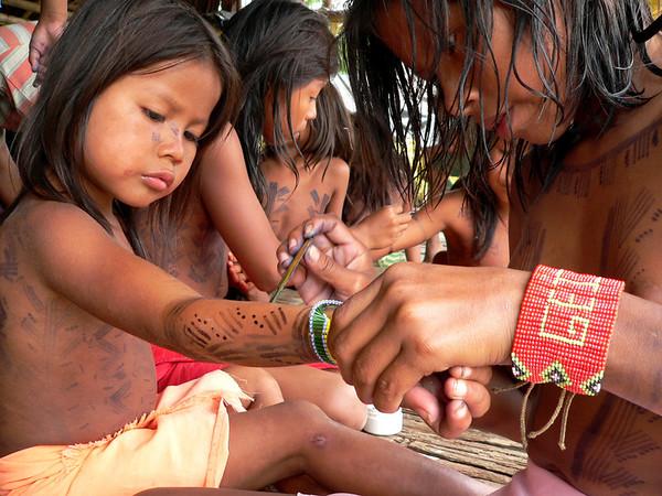 Con un tinte natural derivado de una planta del monte, los niños se pintaron entre ellos, las mujeres pintaron a las mujeres y los hombres a los hombres.