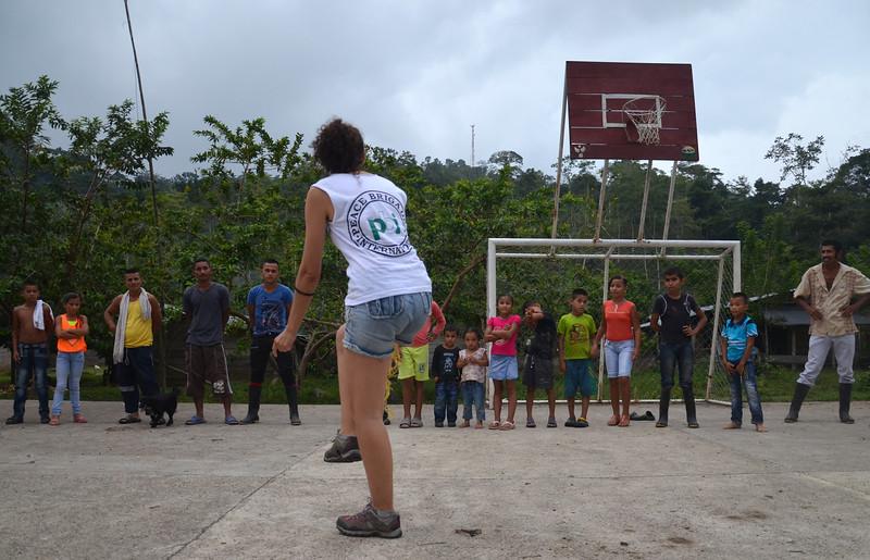Nuestra primera celebración la realizamos en la Comunidad de Paz de San José de Apartadó, que acompañamos desde 1999. Amanda se alista para el primer juego: carreras de lazo que consiste en atarse una cinta en las piernas en pareja. Todos ganan y nadie pierde.