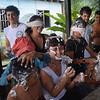 Marco, Beatriz, David y miembros de la Comunidad de Paz están jugando a la prueba de la espuma, afeitando con los ojos tapados. Al finalizar la prueba con lo que sobraba se desató una guerra de espumas en la que no se salvó nadie.