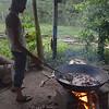Alberto, de la Comunidad de Paz, está cocinando el chicharrón para la cena. La Comunidad sacrificó para el evento un cerdo de 150 kg. Además hubo sancocho de gallina con arroz y ensalada.