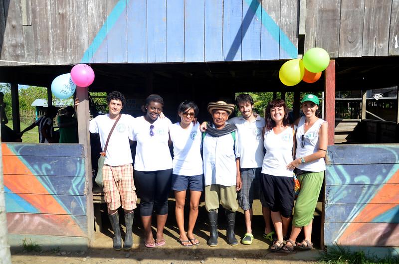 Marco, Nanette, María Luisa, David, Beatriz y Amanda posan con uno de los líderes históricos de Jiguamiandó: Erasmo Sierra.