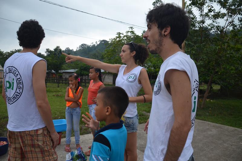 Durante el último trimestre de 2014 celebramos nuestro 20º aniversario de PBI en Colombia. PBI abrió oficina en Urabá, noroccidente colombiano, en 1997 y nuestro equipo lo celebró con la gente de las zonas humanitarias en Curbaradó, Jiguamiandó y La Larga Tumaradó y de la Comunidad de Paz de San José de Apartadó. Aquí les presentamos algunas de las fotos de las celebraciones. Arriba, Marco, Amanda y David están preparando los juegos con la Comunidad.