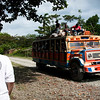 Para llegar a la comunidad hay que conducir 9 km por carretera destapada. Aquí las chivas llevan a los pasajeros a Buenaventura.