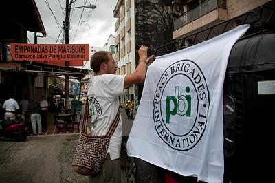 Nuestro viaje comenzó en Buenaventura. Para mostrar su presencia en la región, PBI coloca una bandera en el vehículo que nos lleva, además de informar a todas las autoridades (la policía, el ejército y la alcaldía) previamente al inicio viaje.