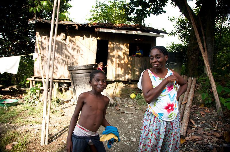 Laura Chaparro, abogada de la Comisión explica que entre 2010 y 2011 unidades militares prendieron fuego a los ranchos de la comunidad, quemando sus cultivos. Durante más de un año, la gente de la comunidad no se atrevió a ir para cultivar su tierra. Para sostenerse, buscaron trabajo en la ciudad portuaria de Buenaventura, que queda a pocos kilómetros.