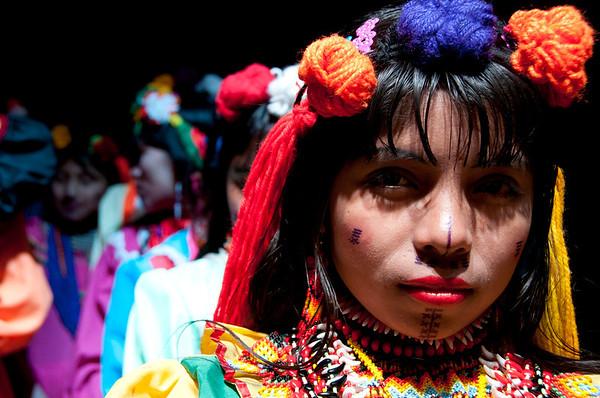 Es muy recurrente, ver en las calles de Bogotá mujeres de la comunidad indígena emberá-chamí pidiendo limosna o vendiendo artesanías para su sustento diario. Son personas que han dejado sus tierras a causa del conflicto armado. Durante el Día de Víctimas hicieron pública su petición para la reubicación o el retorno de la comunidad.  Foto: PBI Colombia