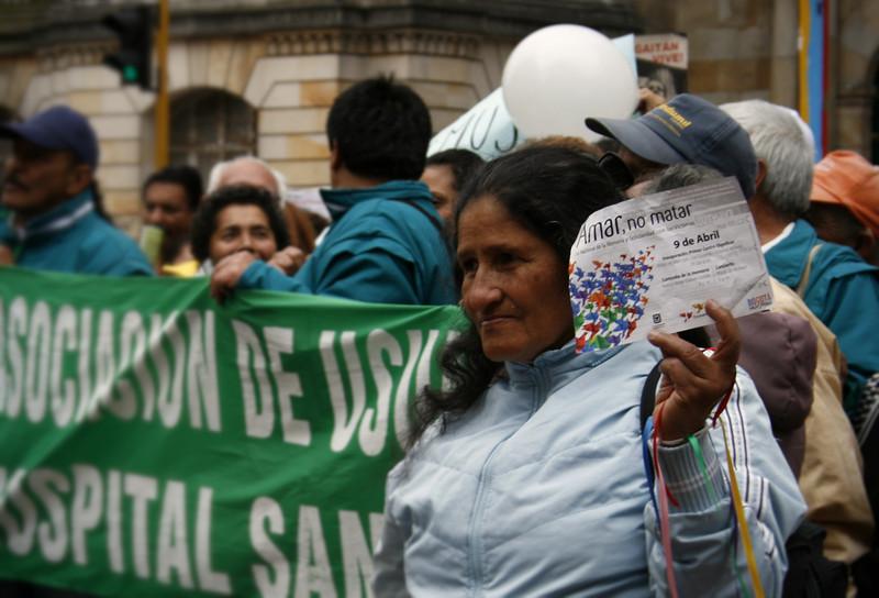 Bajo el lema «Amar, no matar», cientos de personas salieron a celebrar, el pasado lunes 9 de abril de 2012, el Día Nacional de la Memoria y Solidaridad con las Víctimas. <br /> Foto: PBI Colombia