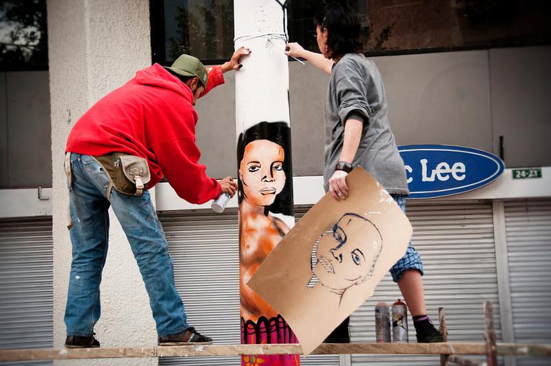 Bajo el lema «las Madres de Soacha», jóvenes grafiteros pintaron en los postes de iluminación del centro de Bogotá. Las madres de Soacha son 17 mujeres que llevan cuatro años soportando la muerte de sus hijos. Miembros del Ejército colombiano presentaron a sus hijos como guerrilleros muertos en combate. A sentencias de entre 28 y 55 años de prisión, fueron condenados en 2011 ocho militares por las muertes de dos hombres que habían desaparecido en Soacha (Cundinamarca). Otras 15 madres de Soacha esperan que se haga justicia. Según el informe de 2011 de la Alta Comisionada de las Naciones Unidas para los Derechos Humanos, la práctica de las ejecuciones extrajudiciales no se ha erradicado totalmente. <br /> Foto: Leonardo Villamizar