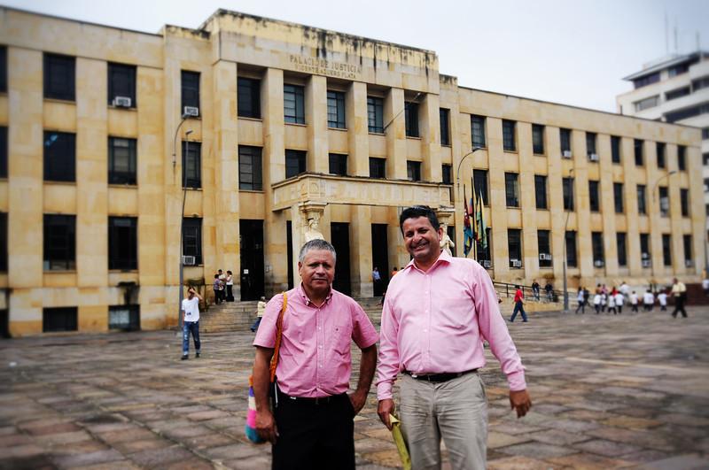 Desde el año 2000 David Ravelo y otros miembros de la junta directiva de CREDHOS cuentan con medidas cautelares de la Comisión Interamericana de Derechos Humanos. Aquí, dos miembros de CREDHOS frente el Palacio de Justicia de Bucaramanga, lugar donde se está llevando acabo el juicio contra Ravelo.