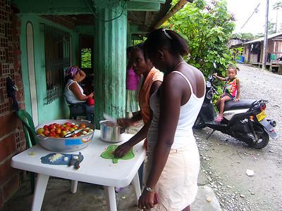 Llegamos al Crucero, y las mujeres comenzaron a preparar el desayuno para todas las personas que vendrían a la Asamblea.