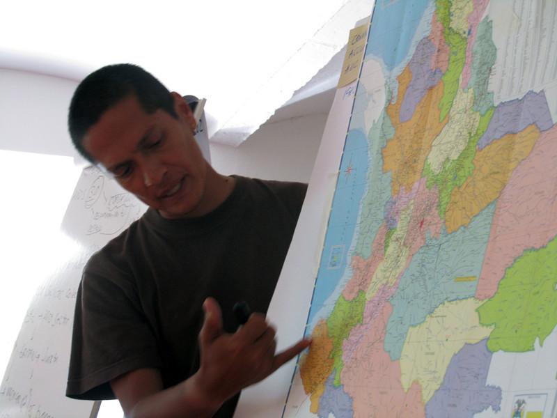 Con sus explicaciones, conocimos más datos de la historia y coyuntura actual de Colombia, para poder así analizar la situación de los DDHH y la de las comunidades, organizaciones y defensorxs acompañados. Y, por ende, evaluar los retos e implicaciones para nuestro trabajo.