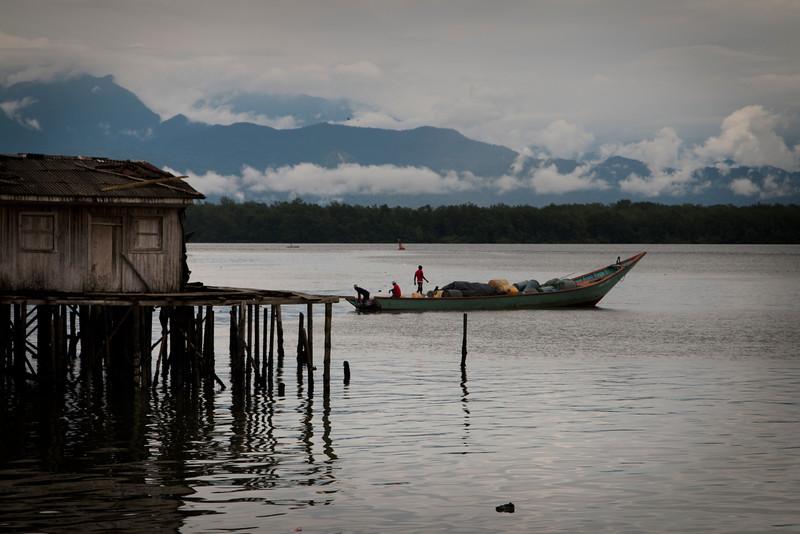Pero meterse en el mar durante días, para pescar, es una actividad peligrosa hoy en día, muchos pescadores han sido asaltados en alta mar.