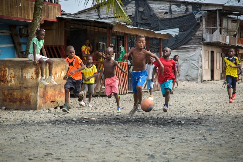 La calle principal desde la temprana mañana hasta muy tarde en la noche siempre está llena de gente; niños jugando, gente charlando...