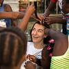 Y cuando las brigadistas de PBI llegan, las niñas las esperan en cada esquina; les encanta su pelo liso para peinarlas y hacer trenzas.