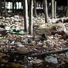 Durante la marea baja es notable la cantidad de basura que hay debajo de las casas. Con el calor, el mal olor es tan intenso que produce escozor en la nariz.
