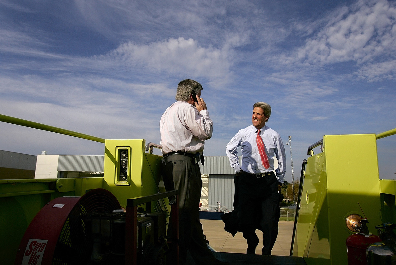 10/19/2004 -- Orlando, FL -- Senator John Kerry boards his aircraft in Orlando, FL on his way to Pennsylvania, Ohio and Iowa for a long day of campaigning. On the stairs is senior advisor John Sasso. To accompany story by Patrick Healy and/or Glen Johnson; a profile about John Sasso.  Photo by Dina Rudick, Boston Globe Staff