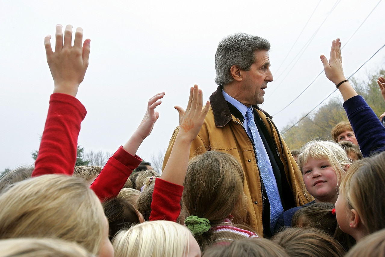10/27/2004 -- Souix Falls, IA -- Senator John Kerry made the motorcade stop at M. G. Clark School in Souix Falls, IA in order to stop and greet dozens of elementary school children. Photo by Dina Rudick, Boston Globe Staff
