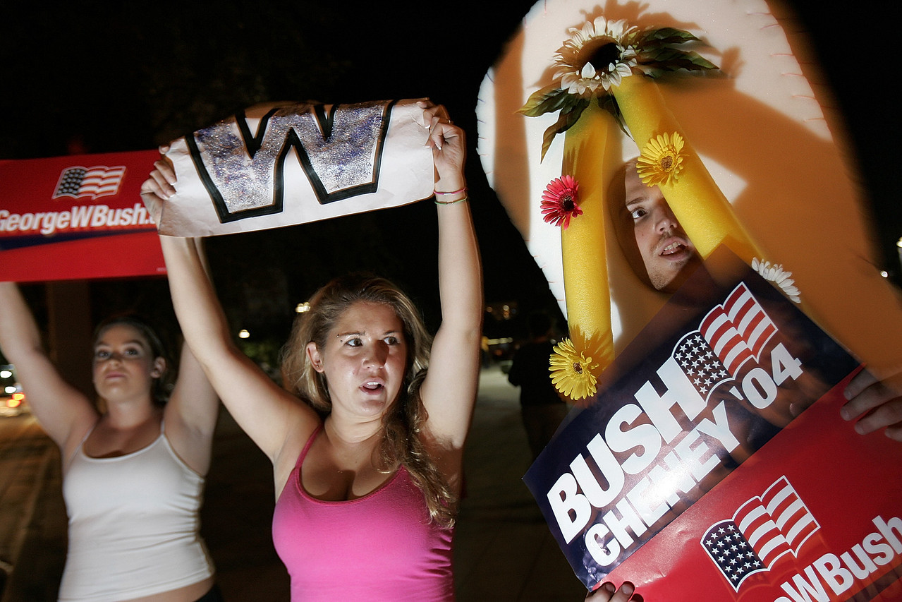 11/1/2004 -- Tampa, FL -- Senator John Kerry held a late-night rally in Tampa, Florida at Curtis Hixon Park.  A small contingent of vocal pro-Bush protesters demonstrated nearby for the duration of the rally. Photo by Dina Rudick, Boston Globe Staff