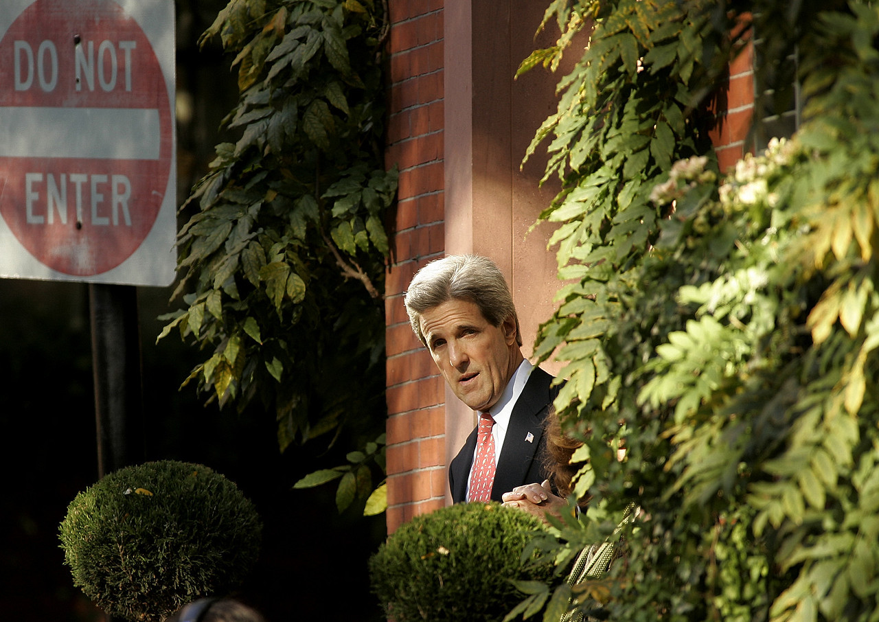 11/3/2004 -- Boston, MA -- Senator John Kerry leaves his residence Wednesday morning before traveling to Fanieul Hall to deliver a concession speech after losing the presidential election. Dina Rudick, Boston Globe Staff