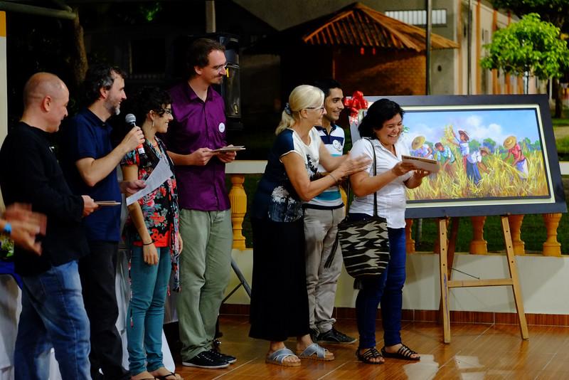 A continuación, y en un momento muy emotivo, hicimos como Equipo Barrancabermeja entrega de los mosaicos, que eran parte del mural hecho por el grafitero Guache, traídos desde Bogotá, para las organizaciones que no asistieron al evento allá.