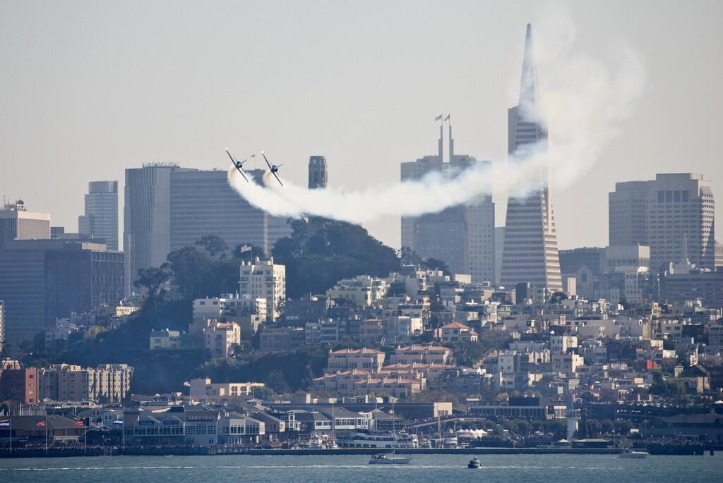 Exklusiver Blick auf San Francisco von der ehemaligen Gefängnisinsel Alcatraz, während zwei Patriot-Jets mit viel Schall und Rauch über die Stadt jagen.