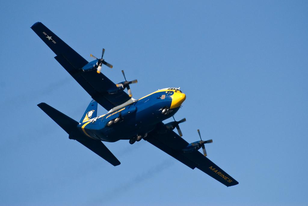 """""""Fat Albert"""", der Truppentransporter der Blue Angels, kündigt am Freitag die Ankunft der Eliteflieger an. Die Hercules C-130 geht immer als erstes in die Luft, dann folgen die Düsenjets."""