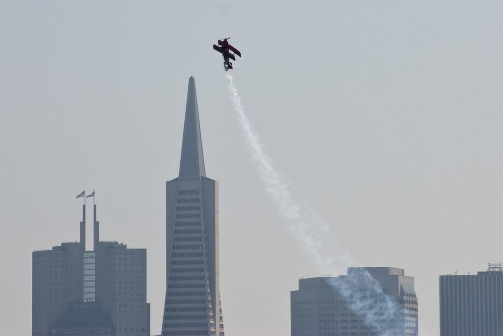 Vor der Transamerica-Pyramide, einem Wahrzeichen der Innenstadt von San Francisco, zieht Kunstflieger Michael Wiskus seinen Pitts-Doppeldecker senkrecht in die Höhe.