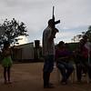 Durante una representación teatral los lugareños muestran como la población civil ha sufrido a causa de la violencia. Guamocó fue y es una de las regiones colombianas más azotadas por la violencia provocada por los actores armados ilegales que, según sus habitantes, intentan dominar el territorio para ejercer el control económico sobre la explotación y comercialización de oro.