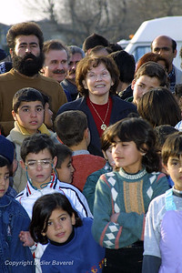*legende* Danielle Mitterand rencontre les  réfugies Kurdes du cargo East Sea echoué le 17 février 2001 sur les cotes de la commune de Saint-Raphael.