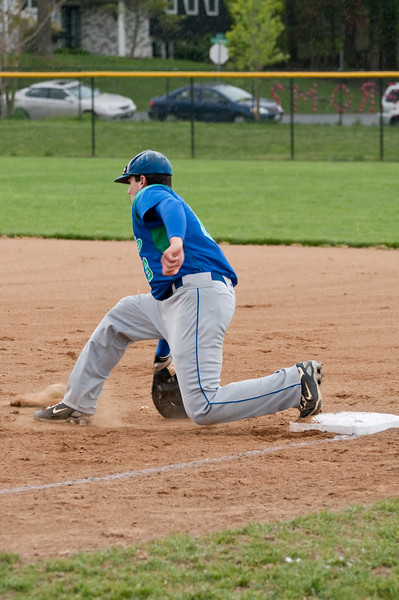 Harris Fanaroff digs a throw out of the dirt.