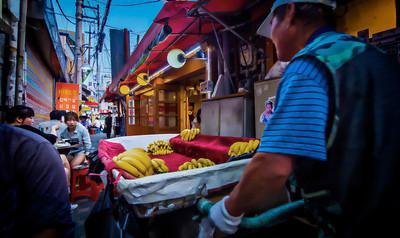 2014-06-13_Jongro-3Ga_AlleyScene-BananaVendor'sView-7390