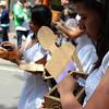 La marcha fue organizada por el Movimiento de Víctimas de Crímenes de Estado (MOVICE). Durante una emotiva performance, mujeres desoladas por las personas desaparecidas y asesinadas, cargan ataúdes diminutos en sus manos y dejan caer la ceniza de los difuntos en la calle y sobre las manos de los transeúntes. Con la esperanza de que se haga justicia las mujeres repiten una y otra vez «porque la última palabra aún no ha sido dicha».<br /> Foto: PBI Colombia