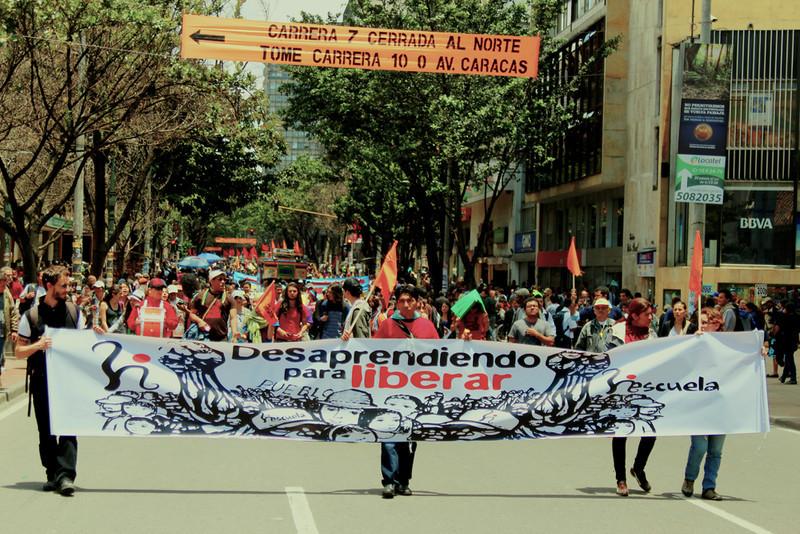 Con banderas, pancartas y tambores unas 400 personas marcharon este 6 de marzo en Bogotá exigiendo al Gobierno colombiano una verdadera restitución de tierras. <br /> Foto: PBI Colombia