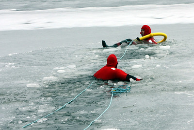 Once again the thin ice broke and plunged the responder into the water .