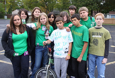 12oct09 bishop--- GREEN FOR LOGAN A group of Nortwood Jr. High kids with their green shirts to honor their friend Logan Spradlin who drowned after an accident over the weekend.