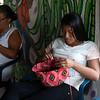 Mientras tanto, Cristina sigue tejiendo su mochila.