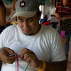 Fabio Ariza, de la Comisión Intereclesial de Justicia y Paz, también aprovecho de la actividad para aprender a tejer pulseras.