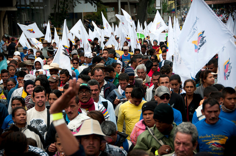 La mayoría de las personas que a finales de abril marcharon con banderas y pancartas por las lluviosas calles de Bogotá, para reclamar la paz con justicia social, viajaron hasta 20 horas en bus desde diferentes rincones rurales de Colombia.<br /> Foto: Leonardo Villamizar