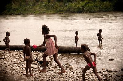 La comunidad nayense ha solicitado la titulación colectiva de aproximadamente 100,000 hectáreas más ubicadas al otro lado del río, en el departamento de Cauca, territorio que también lo reclama la Universidad del Cauca. Esta pugna jurídica está ante el Consejo del Estado y la comunidad está a la espera del fallo.