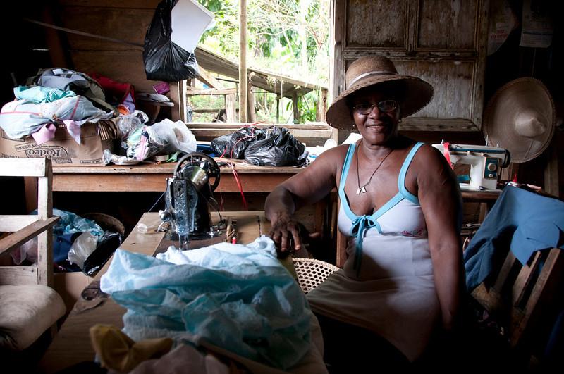 Y María Teódula de 68 años fabrica sombreros.