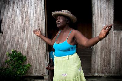 Durante nuestra estancia, comimos en casa de la tía Flora, como la llama todo el mundo con mucho cariño. Es una mujer de 72 años que baila a perfección el currulao, un ritmo musical folclórico autóctono de la región pacífica. Ella recuerda que todo lo que consumían era del Naya. Su mamá y ella hacían la miel mientras su papá pescaba camarones y mojarra. Todo era natural en ese entonces. Hoy día, la panela substituye la miel.
